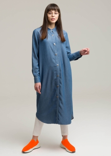 Tunic with closed buttons